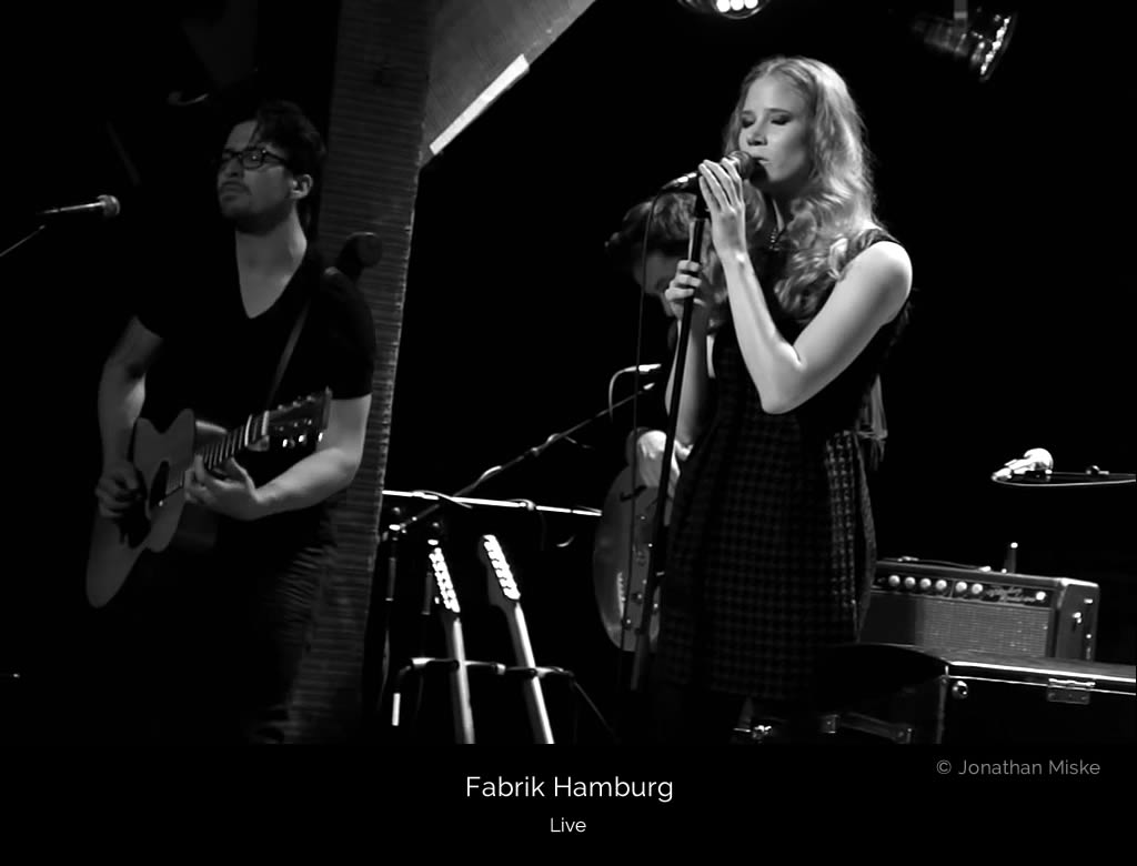 Ivy Flindt on stage at Fabrik, Hamburg. Cate Martin sings, Micha Holland plays the guitar.